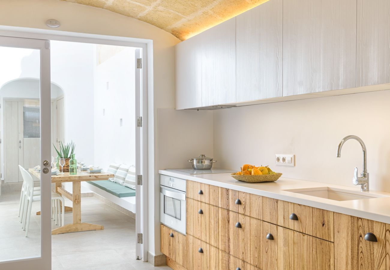Cocina en Sa Pont equipada con todo lo que necesitas para tu estancia en Menorca