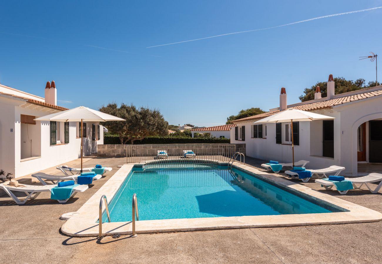 Piscina compartida para este apartamento de Calan Brut de Menorca