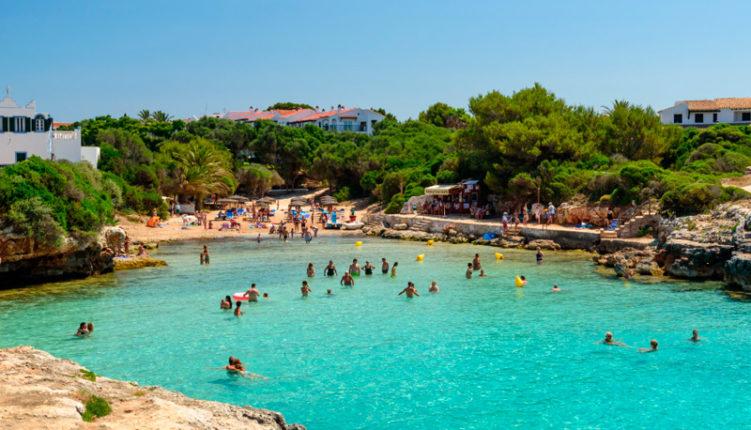 Vista de Cala Blanca en Menorca