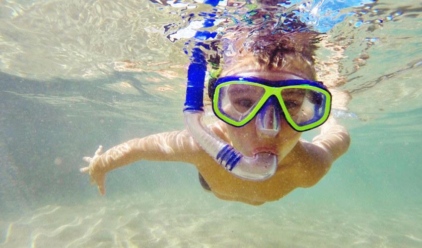 niño practicando snorkel en Menorca