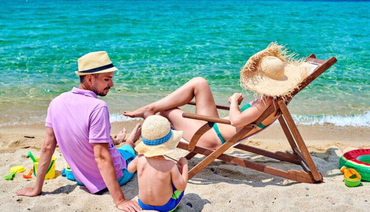 Familia disfrutando de un viaje a Menorca