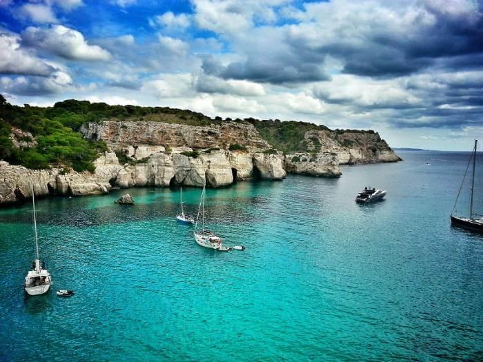 navegar por la costa de Menorca