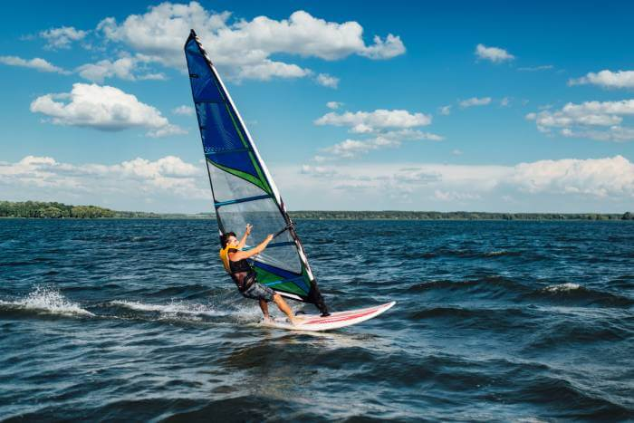 practicando Windsurf en Menorca